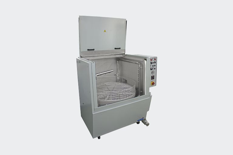 Mit der Anlage ROTIMAT 1A werden vielfältige Werkstücke, die in einem robusten Dreh-Waschkorb Platz finden, im Spritzverfahren gereinigt.